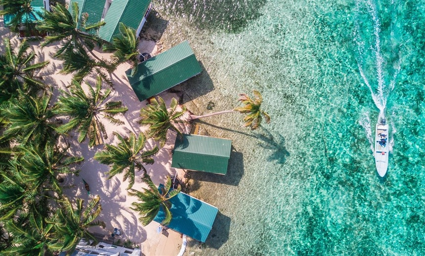 Tobacco Caye on the Belize Barrier Reef is a picture-perfect example of a Belizean caye. © Shutterstock/Duarte Dellarolle