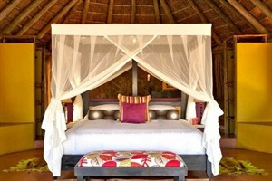 mosquito net and bed at Jaci's Safari Lodge